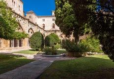 塔拉贡纳,西班牙- 2017年10月4日:塔拉贡纳大教堂宽容大教堂的庭院的看法在一个晴天 复制温泉 免版税图库摄影