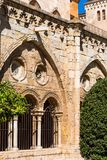 塔拉贡纳,西班牙- 2017年10月4日:塔拉贡纳大教堂宽容大教堂的庭院的看法在一个晴天 复制温泉 免版税库存图片