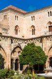 塔拉贡纳,西班牙- 2017年10月4日:塔拉贡纳大教堂宽容大教堂的庭院的看法在一个晴天 复制温泉 免版税库存照片