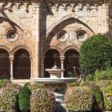 塔拉贡纳,西班牙- 2017年10月4日:塔拉贡纳大教堂宽容大教堂的庭院的看法在一个晴天 复制温泉 库存照片