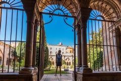 塔拉贡纳,西班牙- 2017年10月4日:塔拉贡纳大教堂宽容大教堂的庭院的看法在一个晴天 复制温泉 库存图片