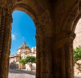 塔拉贡纳,西班牙2017年10月4日:塔拉贡纳大教堂宽容大教堂的看法在一个晴天 复制文本的空间 库存图片