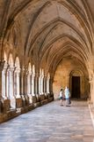 塔拉贡纳,西班牙- 2017年10月4日:塔拉贡纳天主教徒大教堂大教堂的内部  复制文本的空间 垂直 免版税库存照片