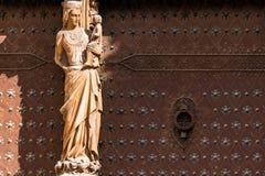 塔拉贡纳,西班牙- 2017年10月4日:大教堂天主教徒大教堂 在大厦的门面的雕塑 特写镜头 库存图片
