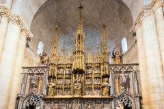 塔拉贡纳,西班牙- 2017年10月4日:法坛的看法在塔拉贡纳大教堂天主教徒大教堂里 复制文本的空间 免版税库存照片