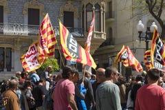 塔拉贡纳,西班牙- 01, 05日2017年:有旗子的人们在塔拉贡纳街道第1的可以,国际庆祝 免版税库存照片