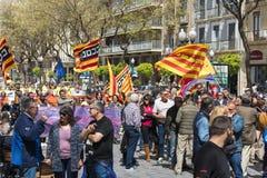 塔拉贡纳,西班牙- 01, 05日2017年:有旗子的人们在塔拉贡纳街道第1的可以,国际庆祝 免版税库存图片