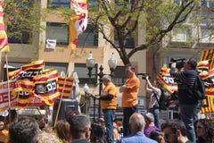 塔拉贡纳,西班牙- 01, 05日2017年:有旗子的人们在塔拉贡纳街道第1的可以,国际庆祝 库存图片
