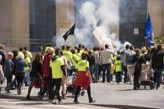 塔拉贡纳,西班牙- 2017年5月01日:有旗子的人们在塔拉贡纳街道第1的可以,国际庆祝 免版税库存图片