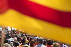 塔拉贡纳,西班牙-有旗子的2017 5月01日,人在塔拉贡纳街道第1的可以,国际庆祝 关闭 图库摄影