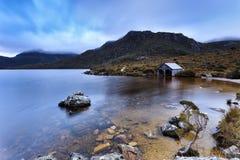 塔斯马尼亚岛Mt Cradle湖鸠小屋 免版税图库摄影