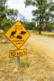 塔斯马尼亚的袋鼠、塔斯马尼亚恶魔和针鼹野生生物的路边警报信号 库存照片
