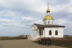 塔曼, TEMRYUK区,克拉斯诺达尔地区,俄罗斯- 1月04 2017年:有一条长凳的一个平台在对教会的入口是 图库摄影