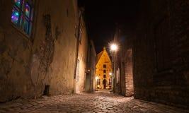 塔林在晚上, Vaimu街道老镇  库存照片