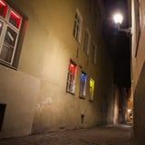 塔林老镇在晚上, Vaimu街道视图 库存图片