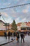 塔林,爱沙尼亚— 12月01 :人们享受圣诞节市场 库存照片