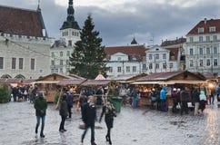 塔林,爱沙尼亚— 12月01 :人们享受圣诞节市场 图库摄影