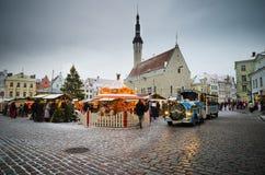 塔林,爱沙尼亚— 12月08 :人们享受圣诞节市场 图库摄影