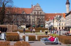 塔林,爱沙尼亚, 05/02/2017人在长凳在并且享用 免版税库存照片