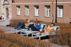 塔林,爱沙尼亚, 05/02/2017人在长凳在并且享用 免版税库存图片