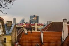 塔林,爱沙尼亚:空中全景奥尔德敦都市风景美丽的景色在塔林在秋天 有红色屋顶的老房子和 库存照片