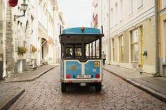 塔林,爱沙尼亚-大约2017年10月:在老塔林街道上的电车在秋天 库存图片