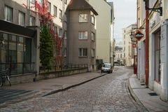 塔林,爱沙尼亚-大约2017年10月:老塔林街道在秋天 库存图片