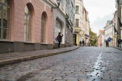塔林,爱沙尼亚-大约2017年10月:老塔林街道在秋天 免版税库存图片