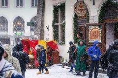 塔林,爱沙尼亚- 1月03 2017年:圣诞节市场和人欢乐服装的 库存照片