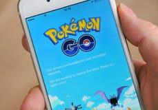 塔林,爱沙尼亚- 2016 7月18日,社论图象:在一只手上iPhone6举行的苹果计算机显示它的有Pokemon的屏幕去应用唔 免版税库存图片