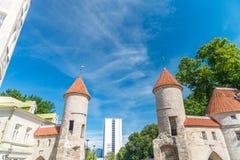 塔林,爱沙尼亚- 2017年7月15日:城市街道和中世纪曲拱 免版税库存图片