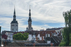 塔林,爱沙尼亚- 2016年7月06日:街道、塔林议院和屋顶在夏日 库存图片