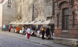 塔林,爱沙尼亚6月16-2012 :纪念品的经销商在古老设防 库存照片