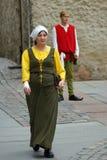 塔林11月2.妇女和人中世纪礼服的在城镇厅里 库存照片