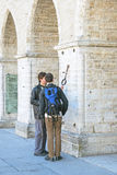 塔林 爱沙尼亚 在香港大会堂附近的两青年人 免版税库存图片