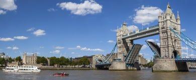 塔桥梁、伦敦塔和泰晤士河 库存照片