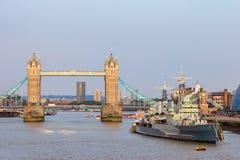 塔桥梁伦敦HMS贝尔法斯特 库存图片