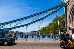 塔桥梁偶象维多利亚女王时代在一个晴天turreted桥梁 免版税库存照片