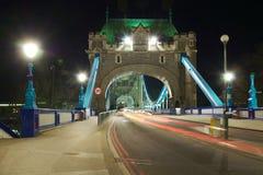 塔桥梁入口透视图在晚上,伦敦 库存照片