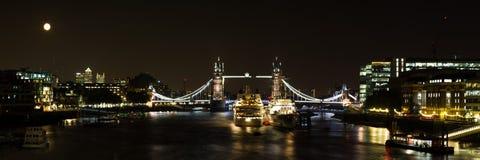 塔桥梁全景在晚上 库存图片