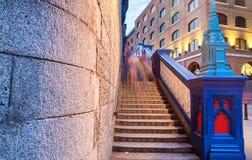 塔桥梁台阶在伦敦 被停泊的晚上端口船视图 图库摄影