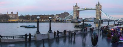 塔桥梁和伦敦塔全景 库存图片