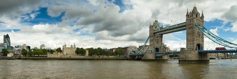 塔桥梁和伦敦塔的全景 免版税库存照片