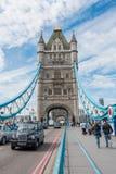 塔桥梁和偶象伦敦在伦敦,英国乘出租车 库存图片