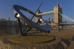 塔桥梁和太阳拨号盘 免版税库存图片