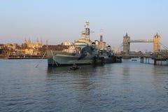 塔桥梁和战舰 免版税图库摄影
