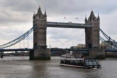 塔桥梁和旅游小船在伦敦 免版税库存图片