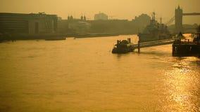 塔桥梁和泰晤士全景日出的 股票视频