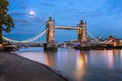 塔桥梁和泰晤士河升由月光晚上 免版税库存照片
