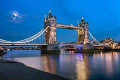 塔桥梁和泰晤士河升由月光晚上 图库摄影